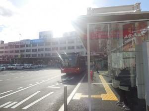 新潟駅前で発車を待つBRT